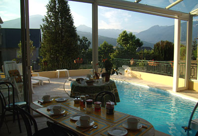Villa christine chambres d 39 h tes embrun hautes alpes for Piscine embrun