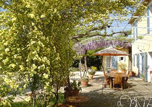 Le mas de la menouille chambres d 39 h tes st r my de provence alpilles - Jardin anglais terrasse nimes ...