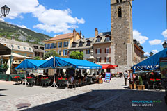 Barcelonnette, main square and restaurants terraces