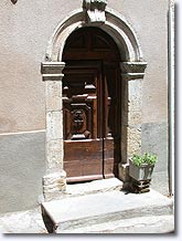 Quinson, porte de l'église