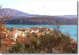 Sainte Croix du Verdon, village sur le lac