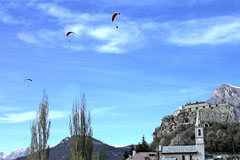 Saint Vincent les Forts, hang-gliders in the sky