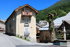Aiguilles, typical house