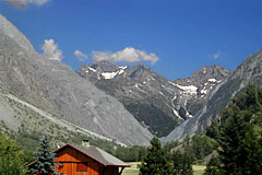 La Chapelle en Valgaudemar, chalet and mountains