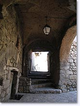 Orpierre, vaulted passageway