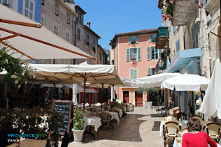 Vence, place avec terrasses de restaurants