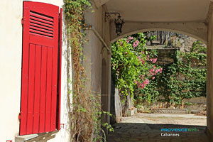 Cabannes, flowered passage-way