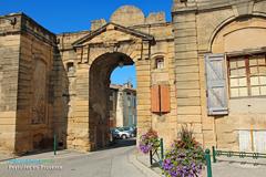 Peyrolles en Provence, porte d'entrée de la cour du château