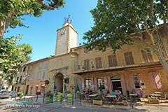 Peyrolles en Provence, terrasse sous la tour de l'horloge