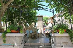 Puyloubier, terrasse de restaurant autour de la fontaine