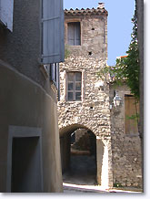 Mollans sur Ouveze, street and vaulted passageway