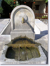Pierrelongue, fountain