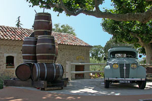 Saint Pantaleon les Vignes, barrel and vintage car