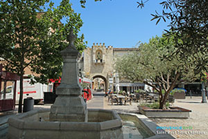 Saint Paul Trois Chateaux, fountain and medieval gate