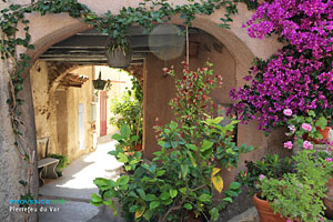 Pierrefeu du Var, vaulted passageway with flowers