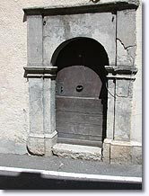 Tavernes, old door
