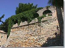 Chateauneuf de Gadagne, wall