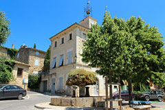 Vaugines, mairie et fontaine